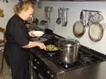 in cucina con la cuoca